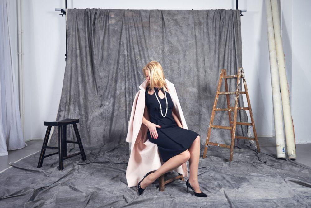 jeanine fssenewert im manteau en lainage rosé mit robe de cheminée
